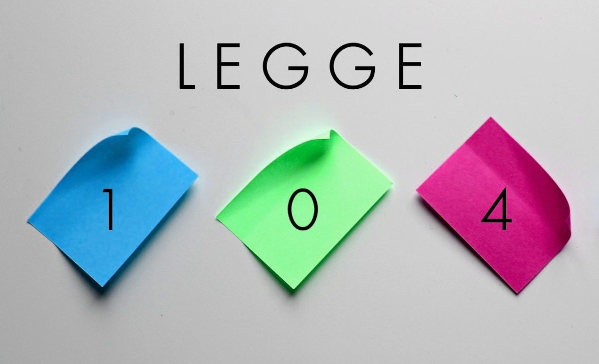 Legge 104 scritta con un post it