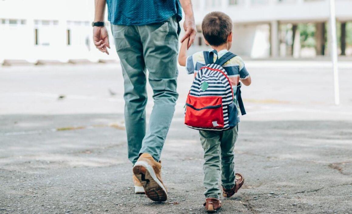 papà accompagna figlio a scuola