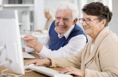 felici pensionati davanti a un computer