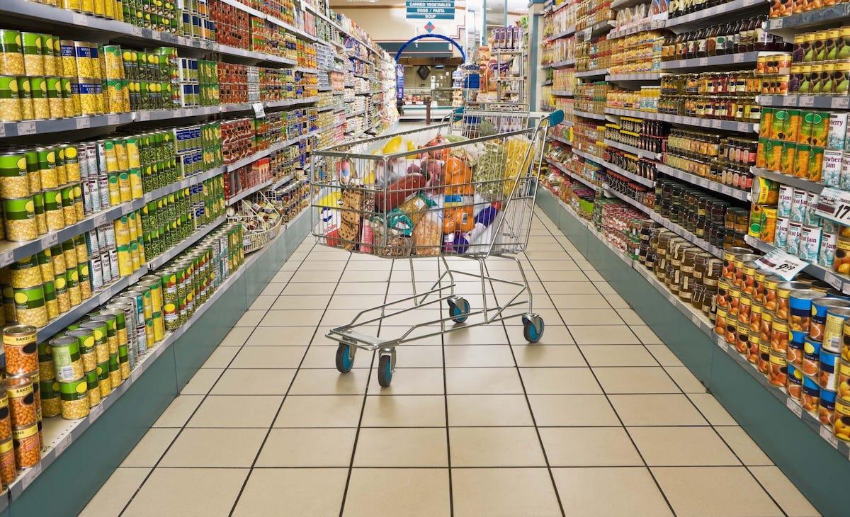 carrello pieno al supermercato