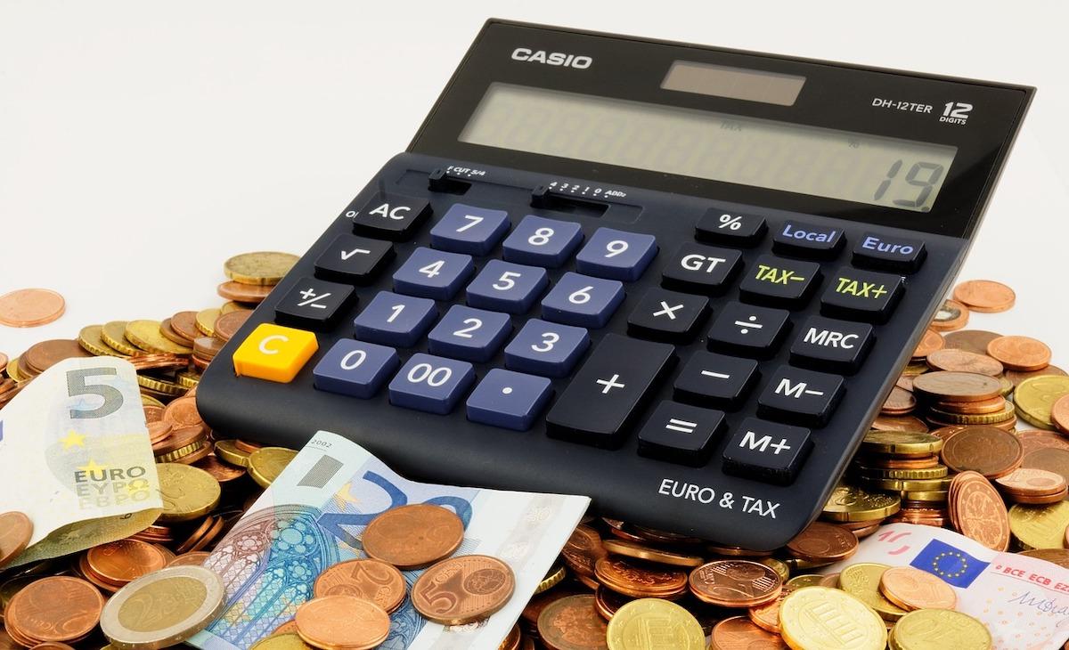 monete e banconote euro con la calcolatrice