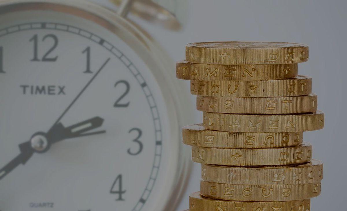 monete euro e orologio