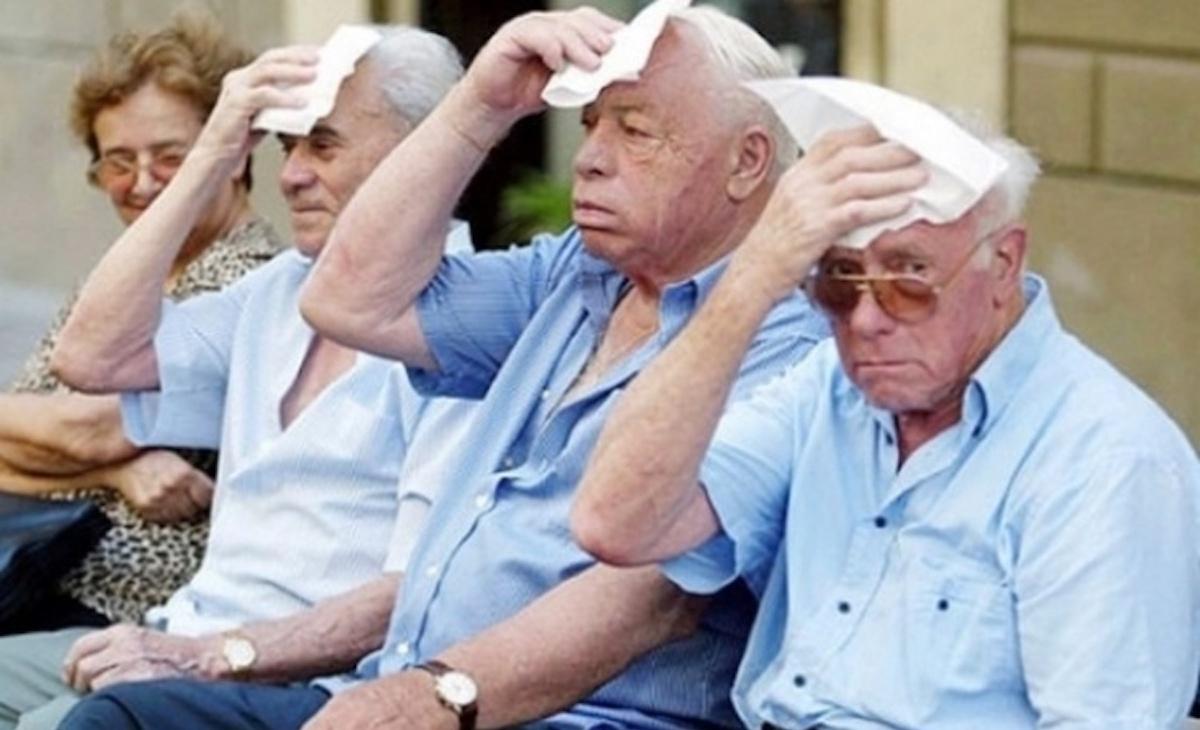 pensionati si asciugano la fronte