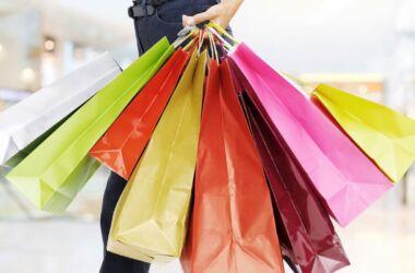 donna con borse per fare acquisti