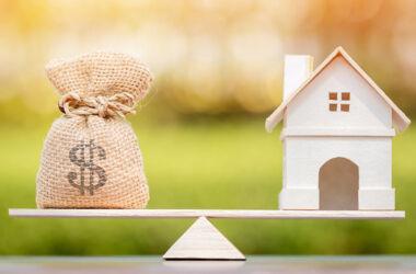 casa e sacca soldi sulla bilancia